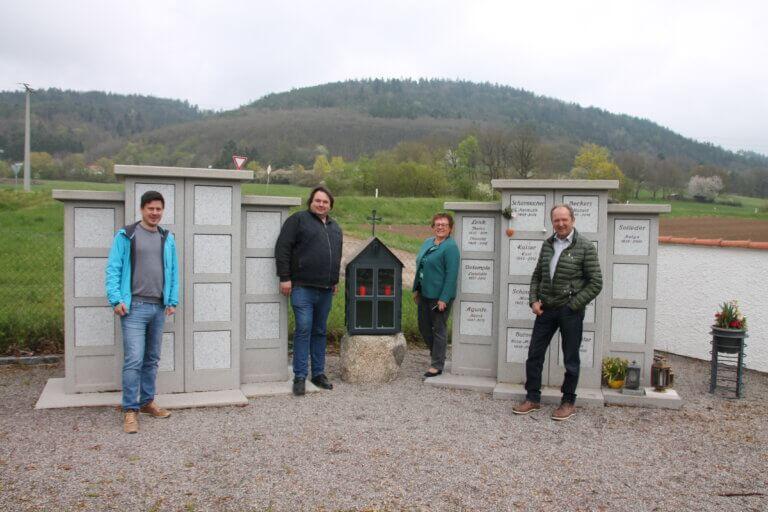 Laterne an der Urnenwand in Sulzbach